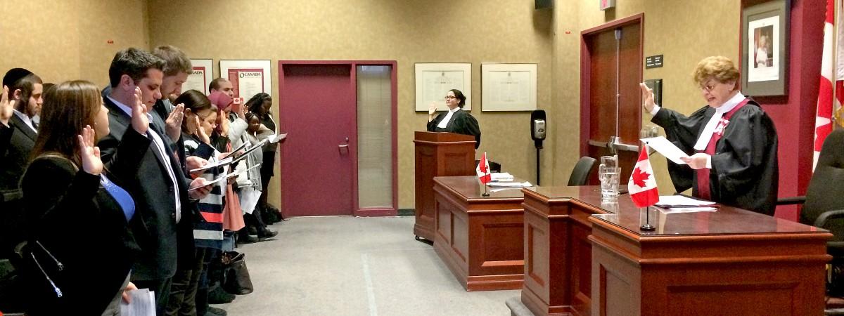 Sœur Angèle préside une cérémonie de citoyenneté canadienne